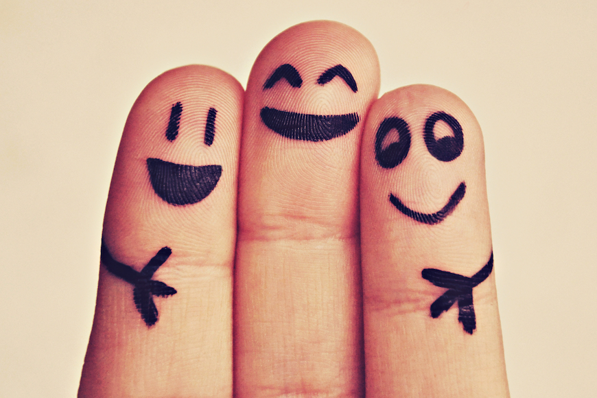prsti s naslikanim nasmijanim licima