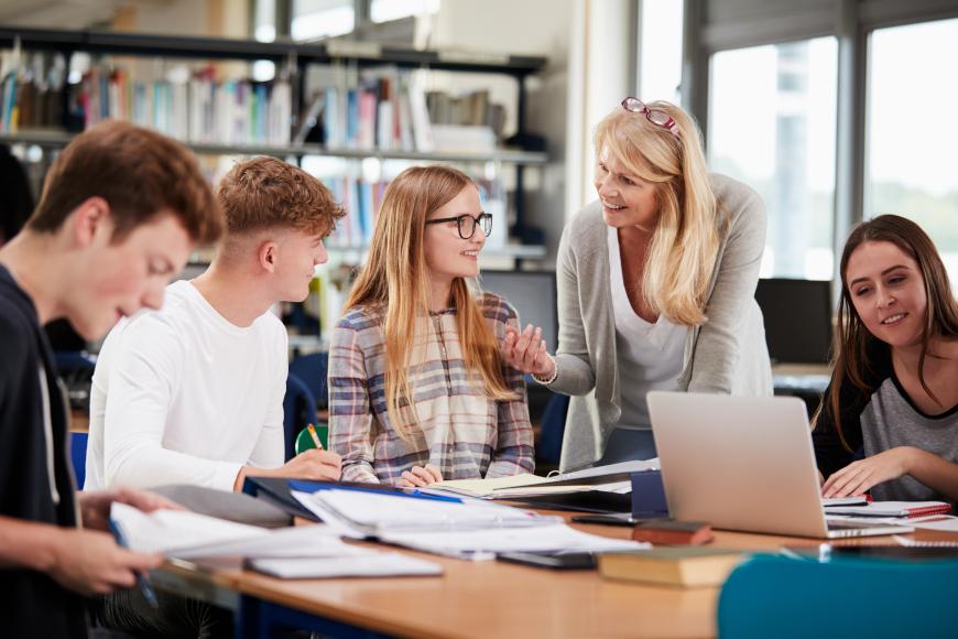 nastavnica pojašnjava učenicima