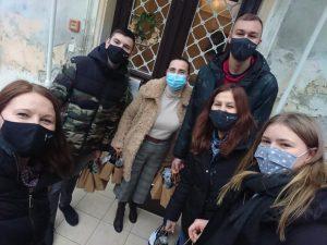 učenici s maskama ispred vrata