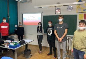 učenici s maskama u učionici