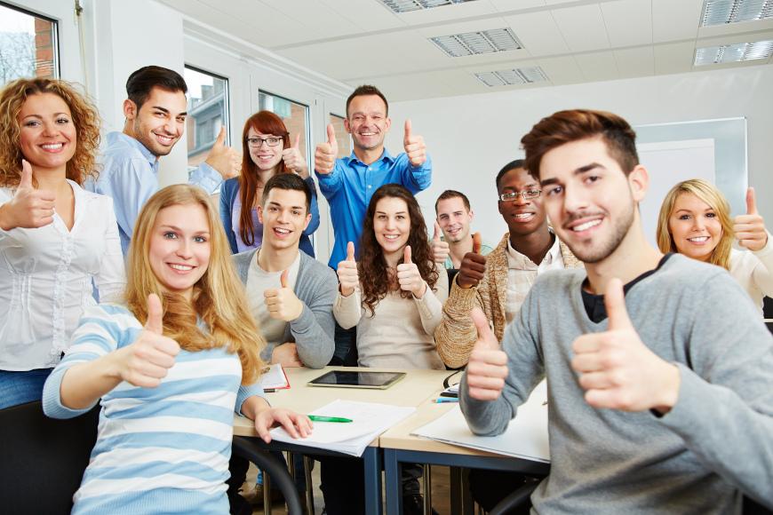 učenici s palcem prema gore