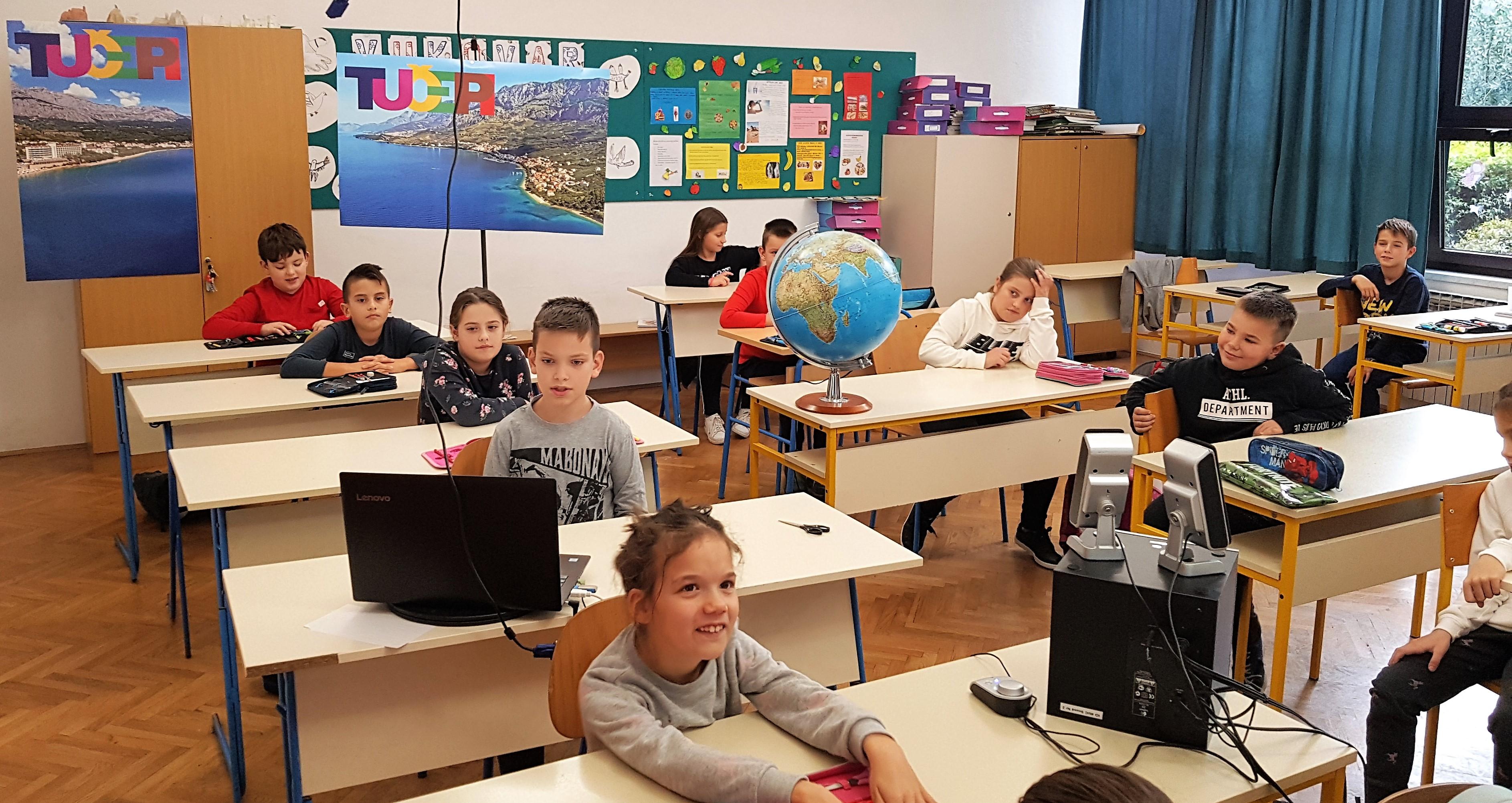 učenici sjede u učionici