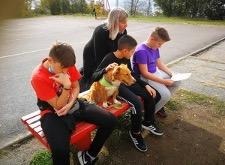 djeca, učiteljica i pas