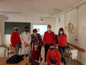 učenici u crvenim majicama