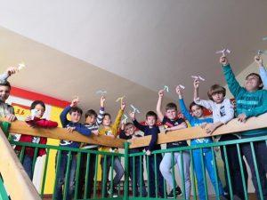 učenici u hodniku škole