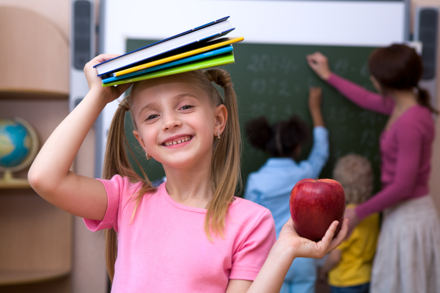 učenica u rozoj majici s jabukom