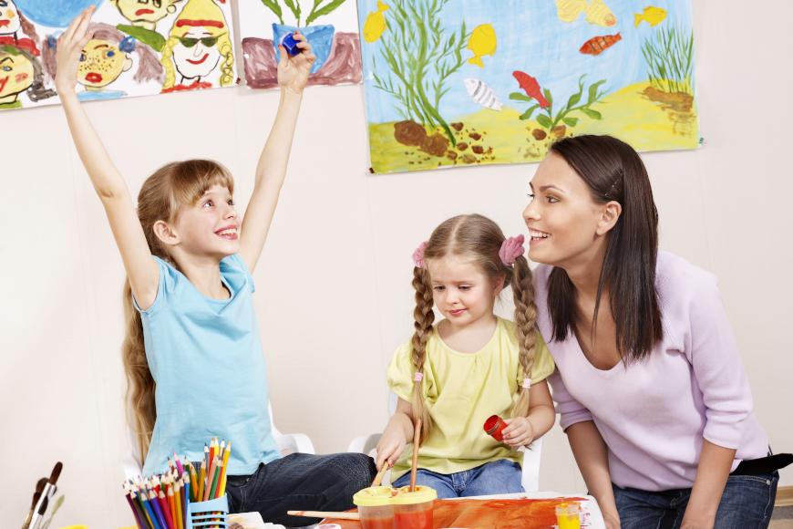 učtieljica i 2 učenice
