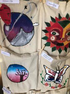 Izložba oslikanih platnenih vrećica u holu škole