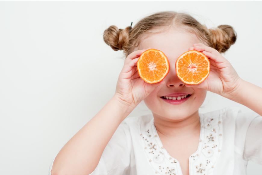 djevojčica s narančama