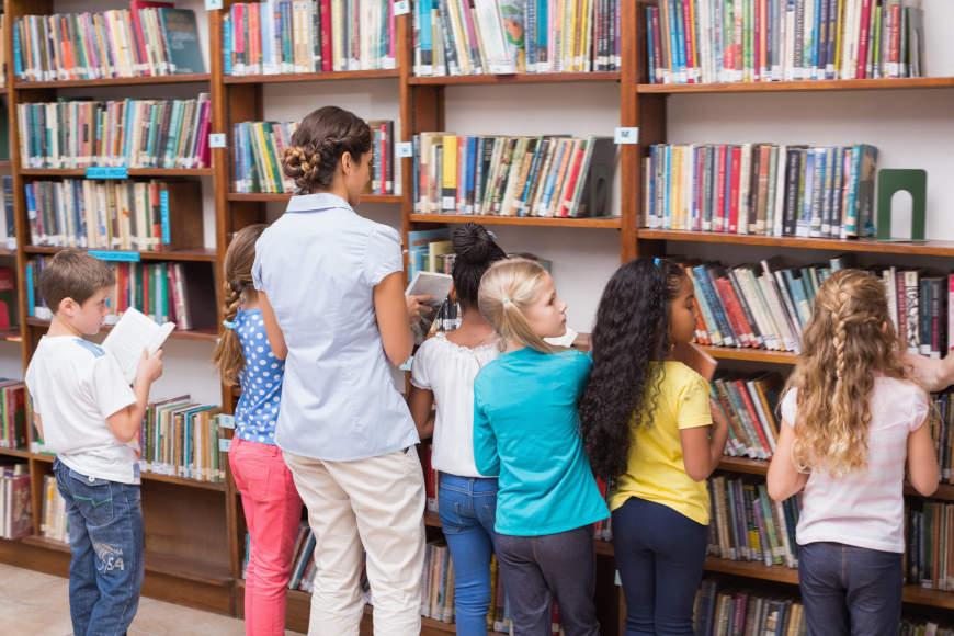 slaganje knjiga u knjižnici