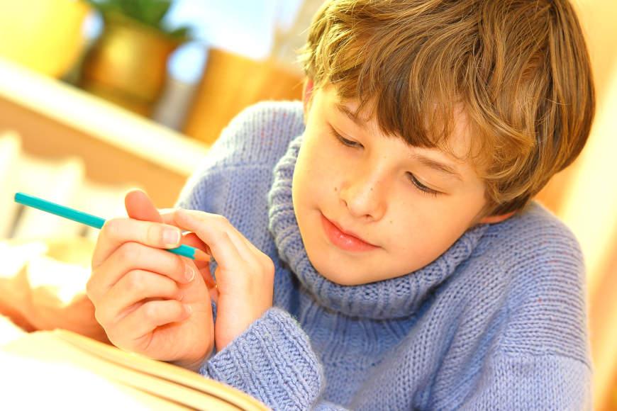 učenik čita knjigu
