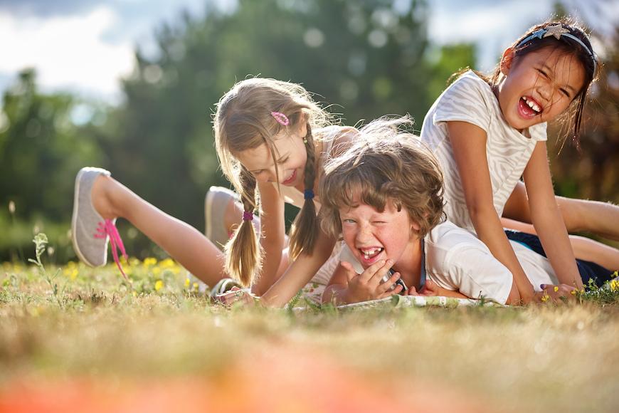djeca se igraju u travi