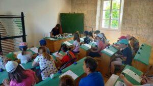Učenici i učiteljica u staroj školi na otočiću Vrniku
