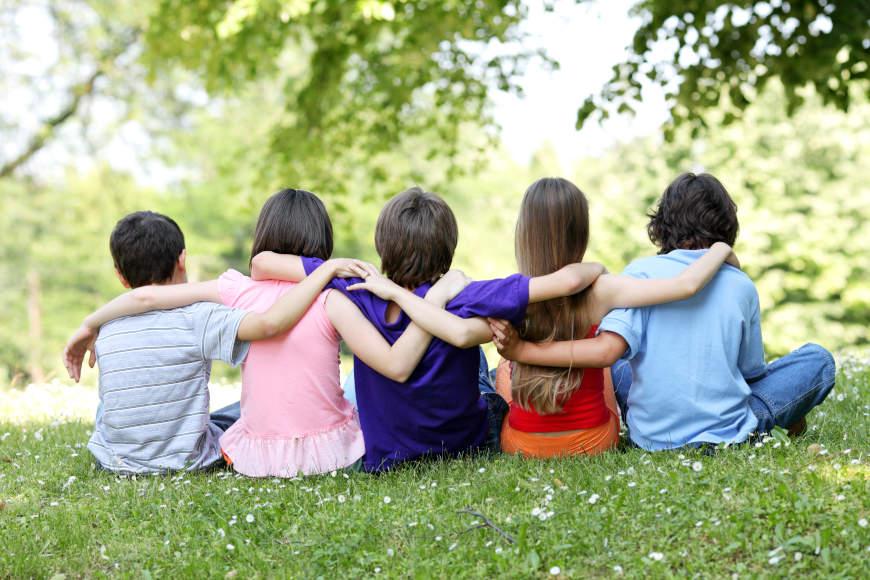 zagrljeni učenici