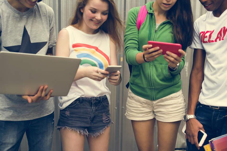 učenici s mobitelima