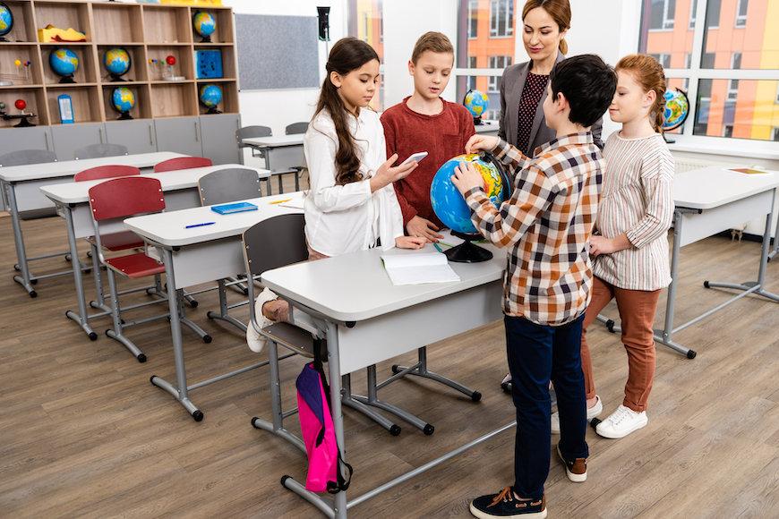 učenici i nastavnica u učionici