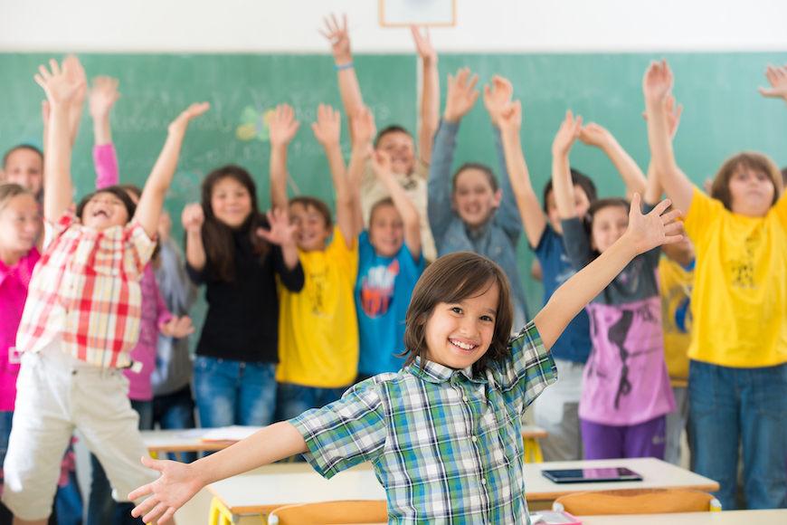 vesela djeca u učionici