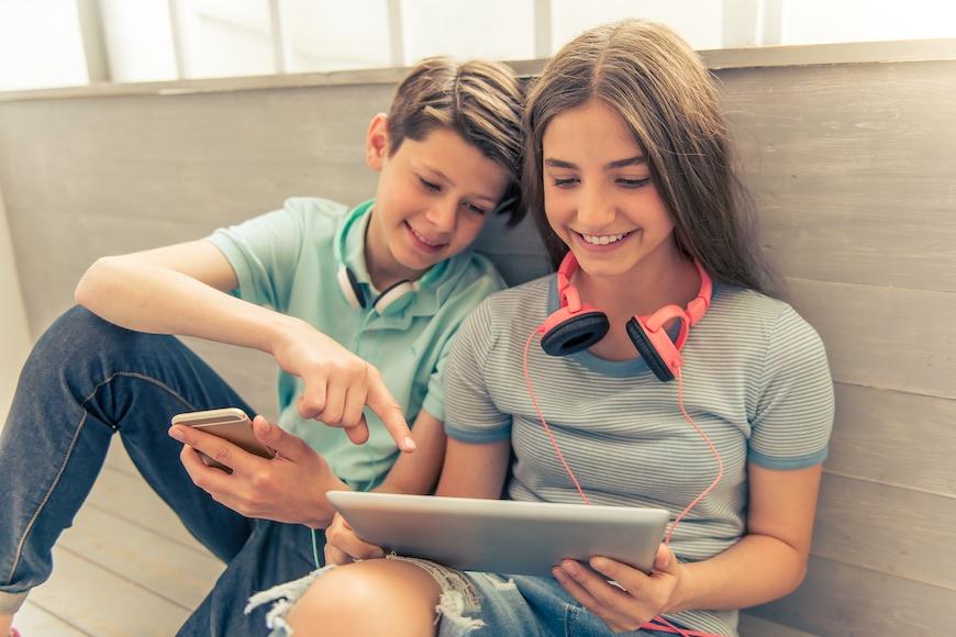 učenici za laptopom