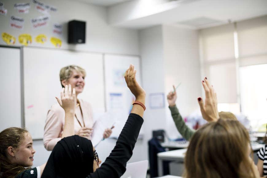 učenici dižu ruke